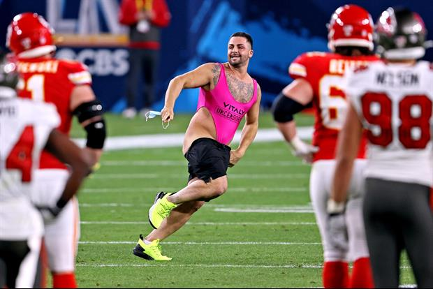 Full Video Of The Streaker That Hit The Field At Last Night's Super Bowl